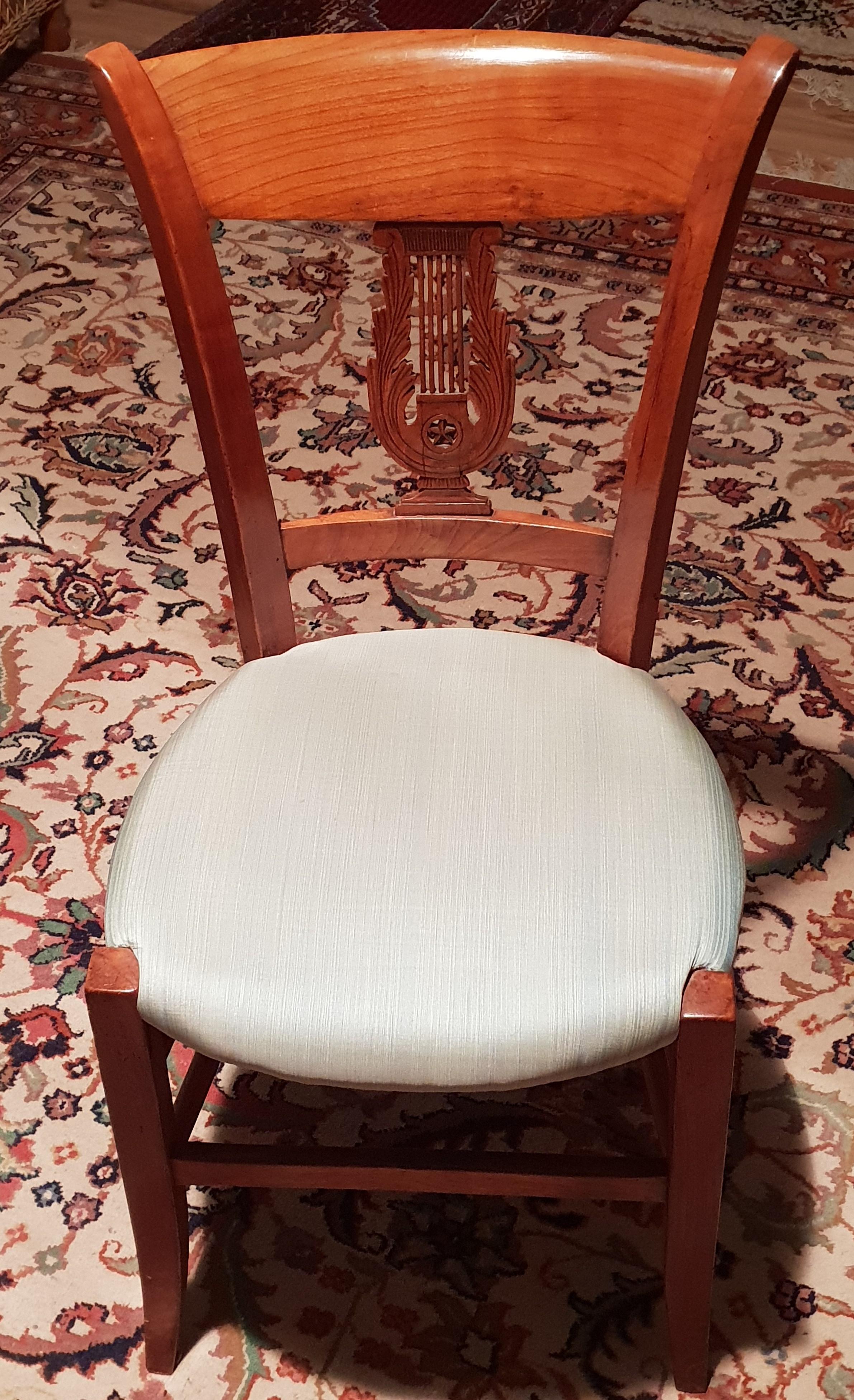 2 Biedermeier-Stühle, ca. 1850, Kirschbaum, sehr filigran, gepolstert, evtl. neu zu beziehen