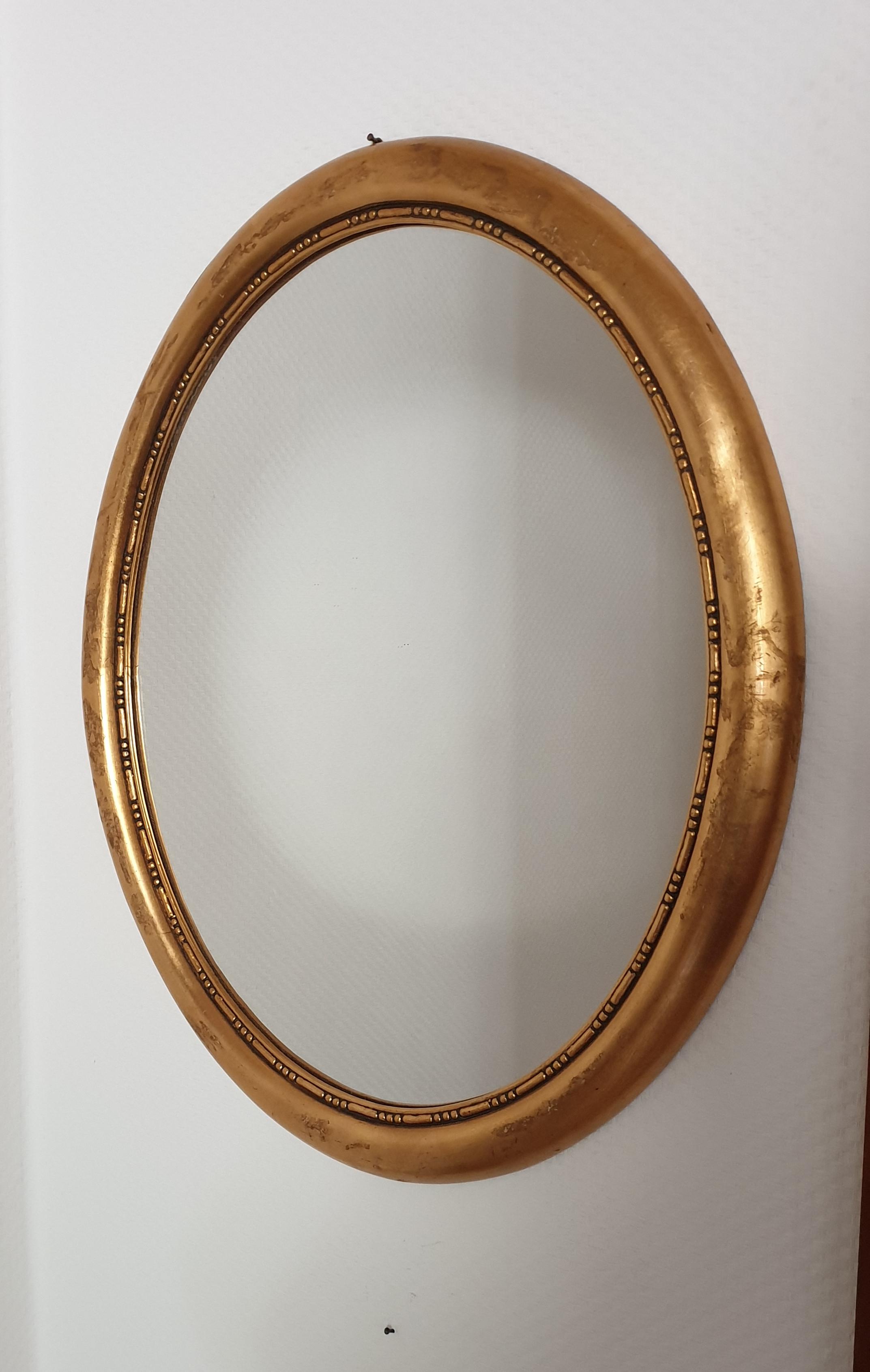 ovaler Spiegel mit vergoldetem Rahmen